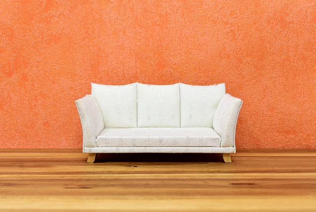 gauč a oranžová