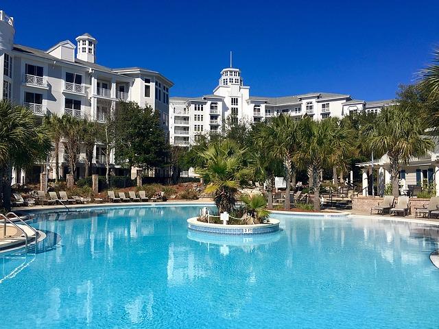 palmy u bazénu