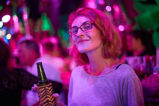 žena na večírku