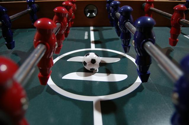 hrací pole fotbálku jako znázornění konkurence