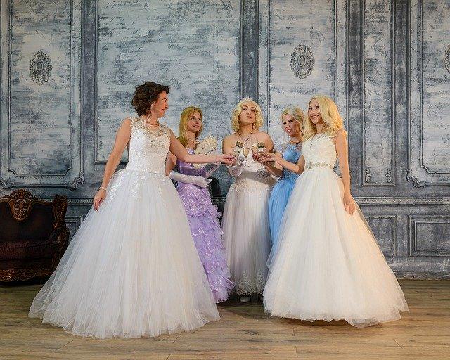 dívky na maturitním plesu v krásných světlých šatech