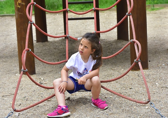 dětská síť na lezení s děvčátkem